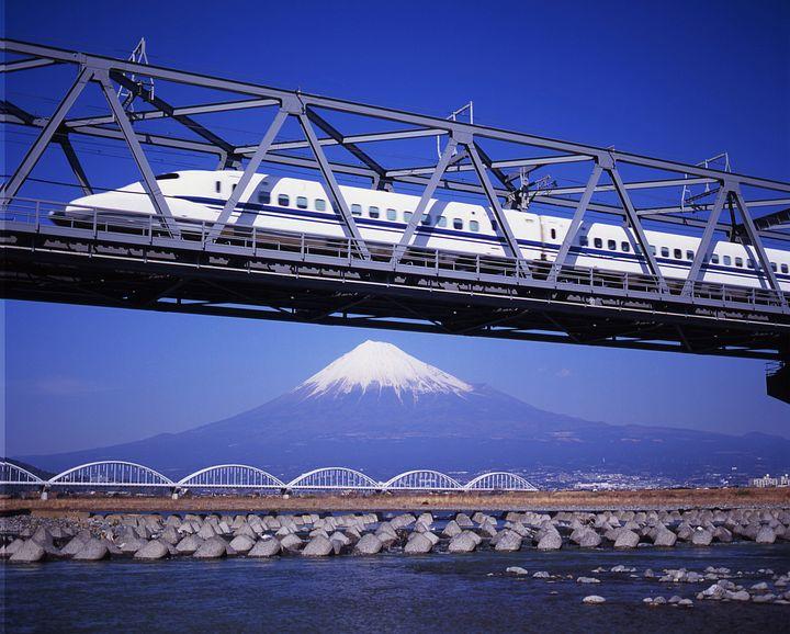 Uno shinkansen e il monte Fuji